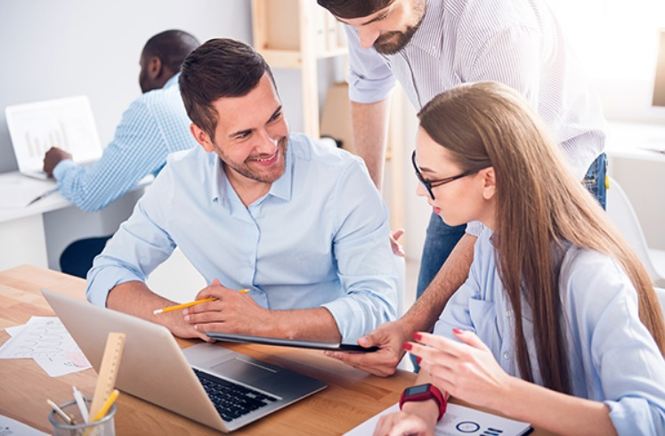 Etudiants avec ordinateur et tablette numérique